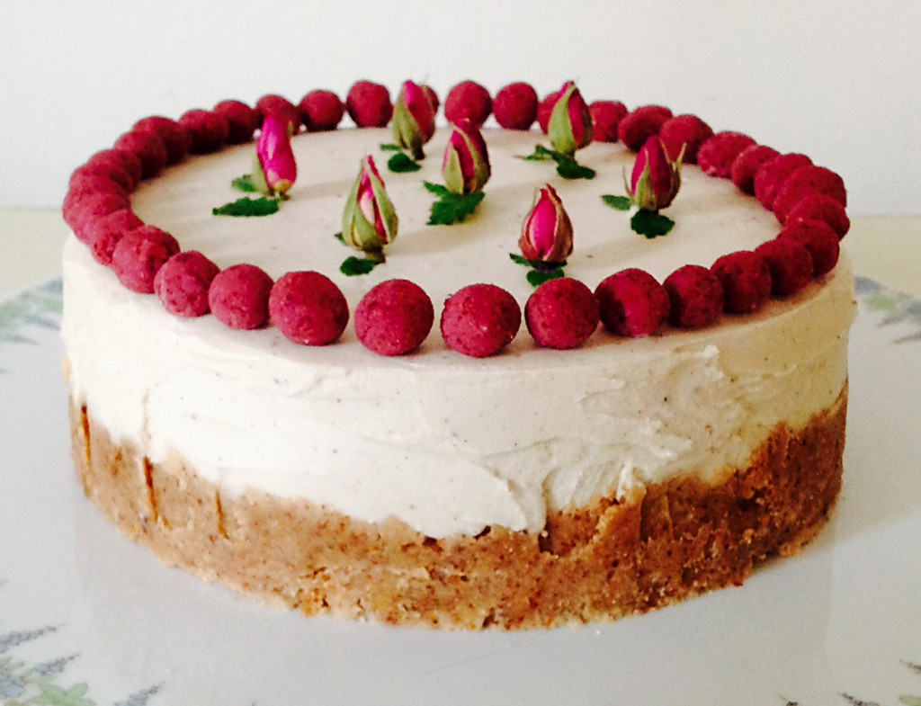 A raw fruit cheesecake decorated with roses from Berlin