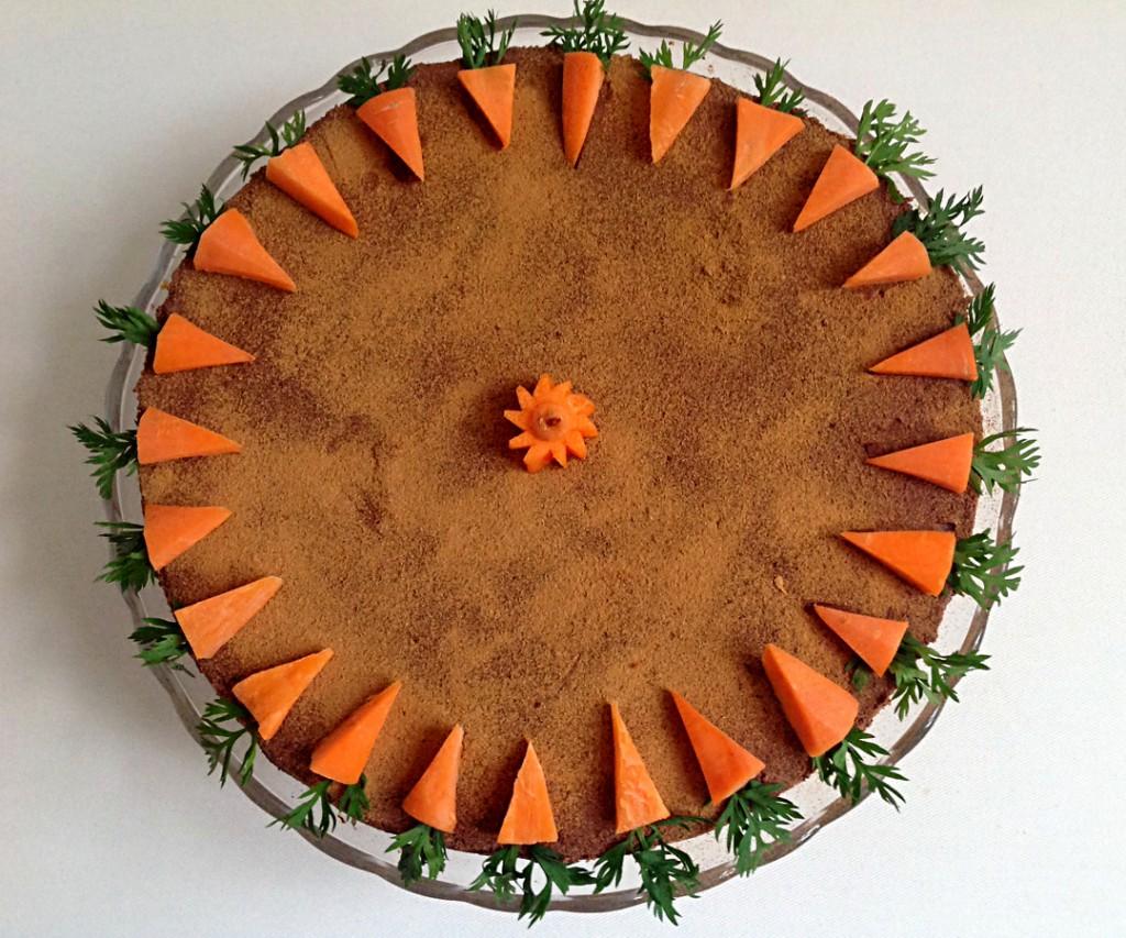 Roher Karottenkuchen mit Dekoration